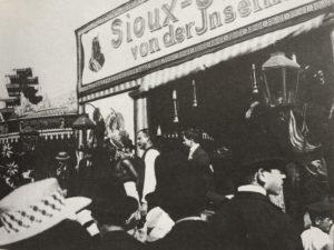 Heinrich Zille, Sioux-Indianer auf dem Rummel, ca. 1900